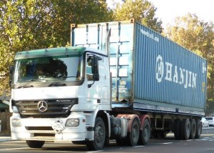 truck-carrying-container